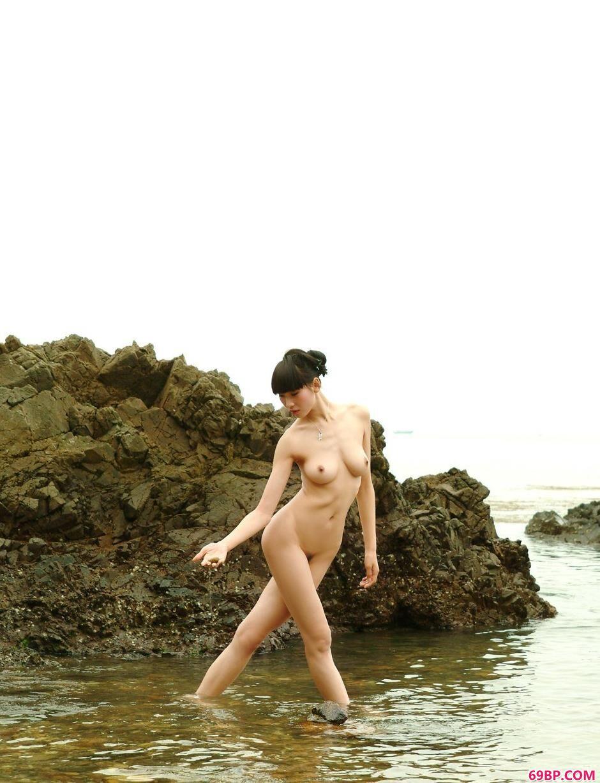 名模薇薇海边岩石上的美丽人体