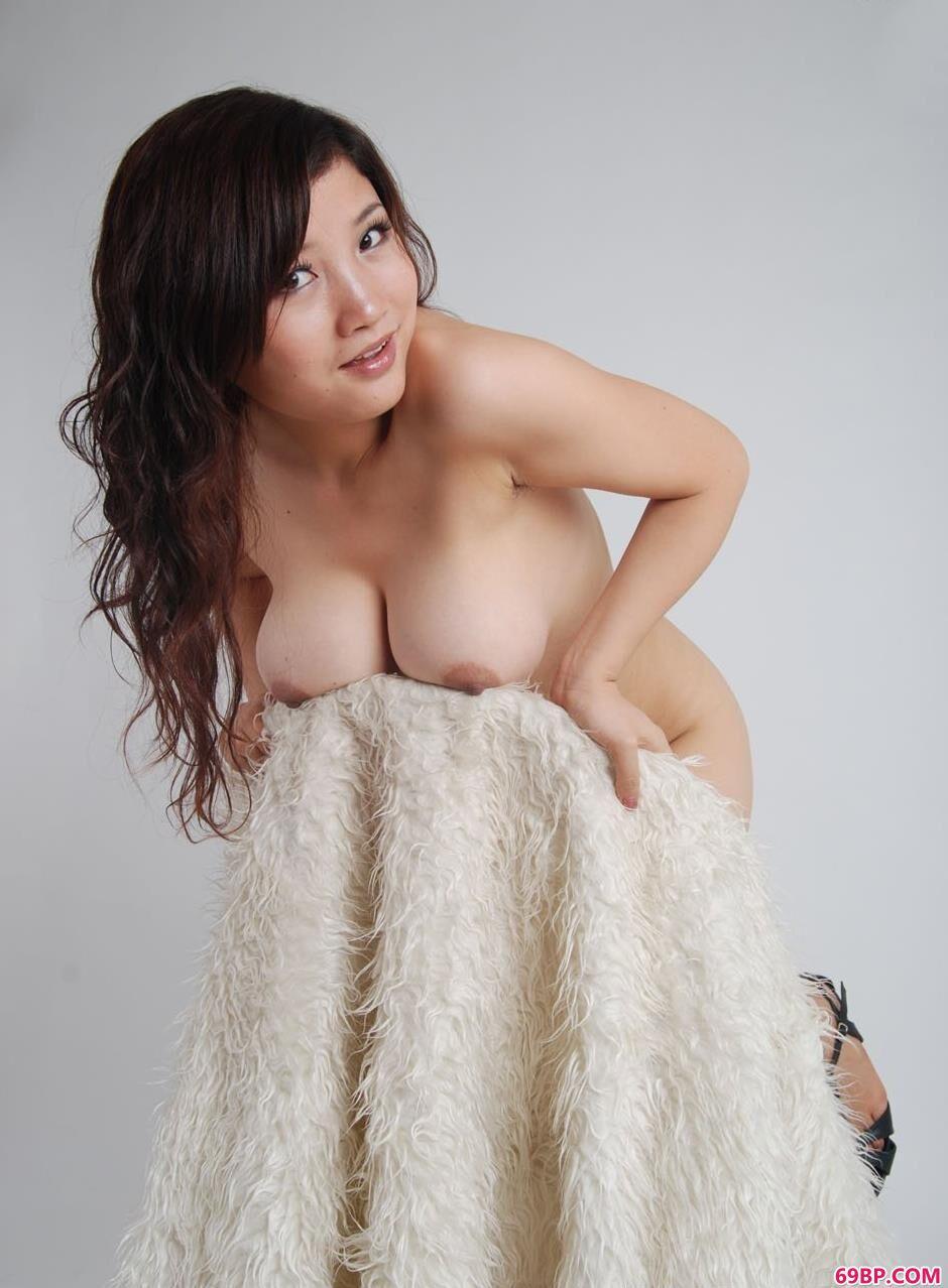 名模含嫣羊毛毯上的丰腴美体1