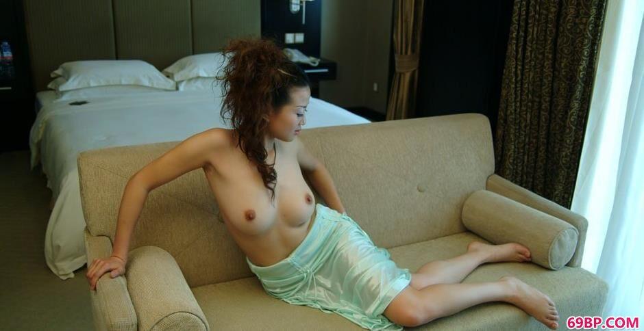 妹子颖星沙发上的勾人美体1