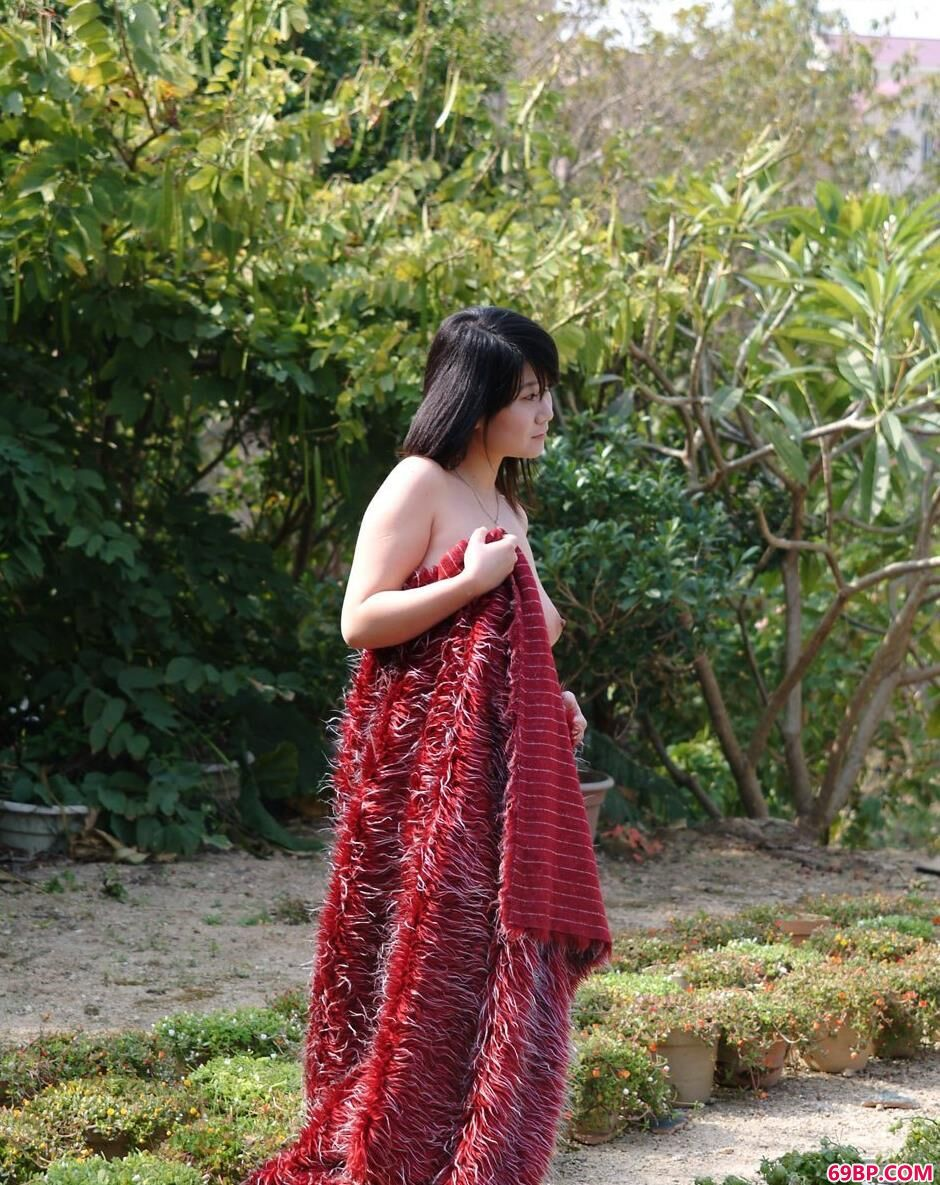 靓妹妮屏小区里的红毛衣人体_GoGo丽图人体大胆图