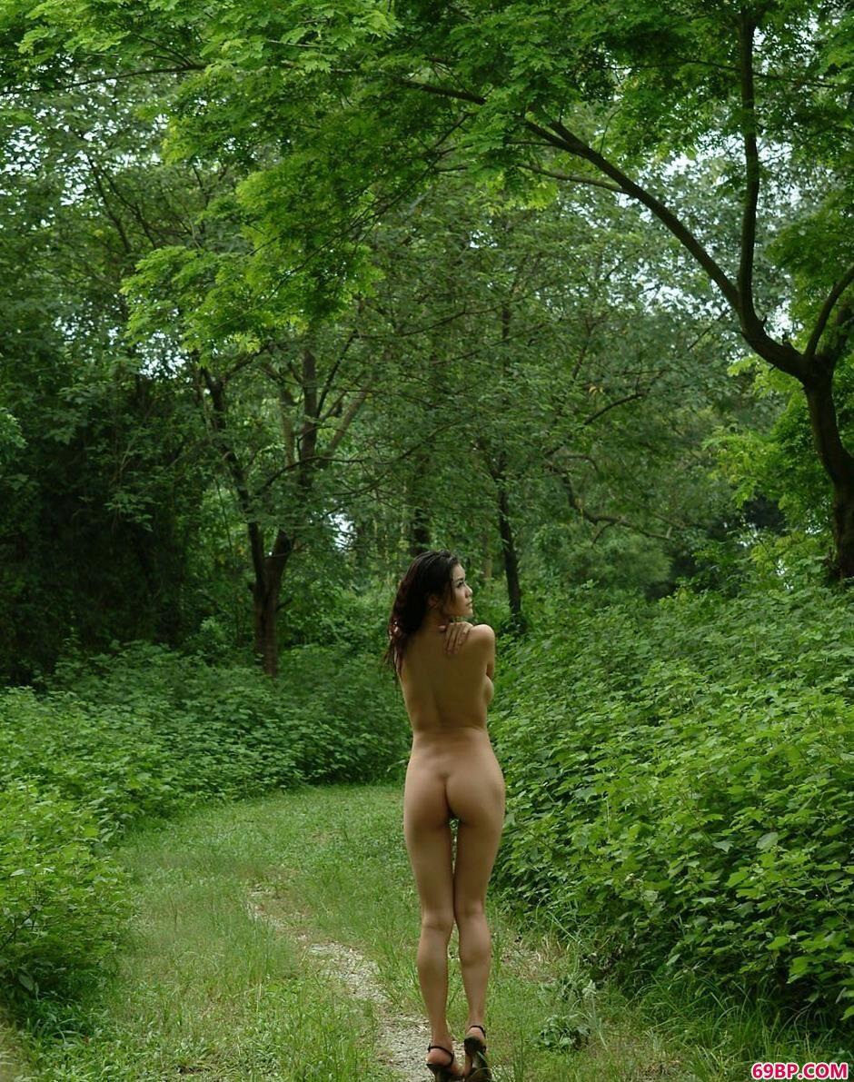 妹子莉娜森林里的性感人体