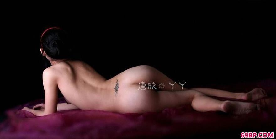妹子唐欣紫色大床上的可爱人体