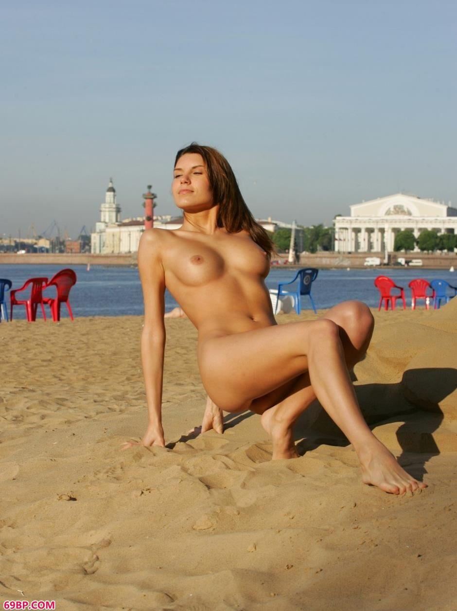 嫩模Belka沙滩上的勾魂美体