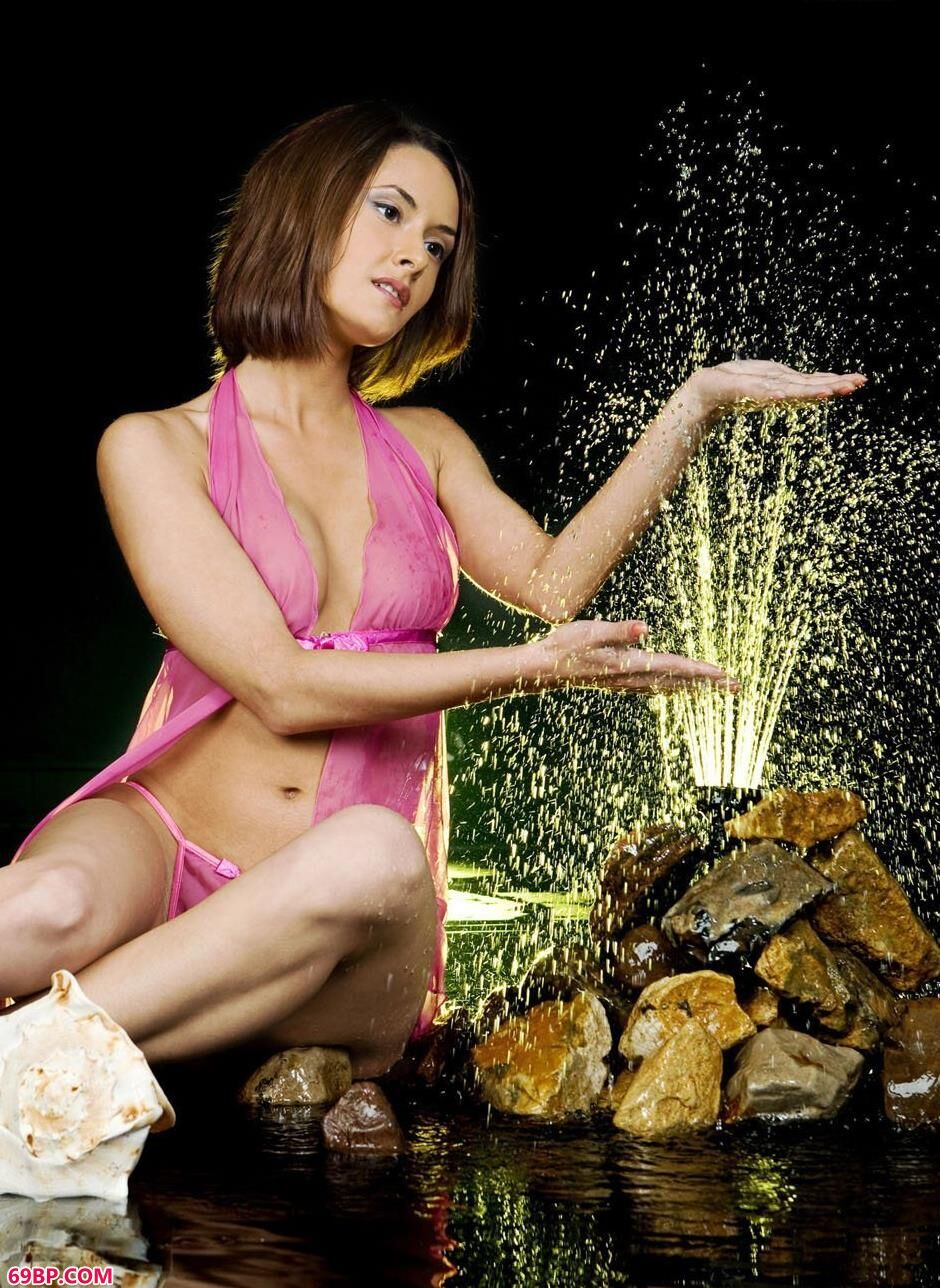 美模利昂娜棚拍音乐喷泉边的美体1