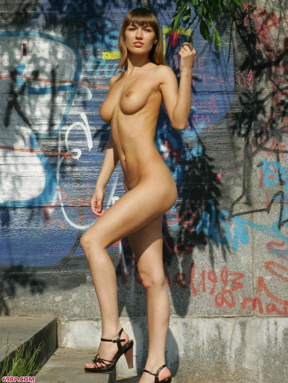 嫩模安吉拉在涂鸦墙前的风情人体_双人国模02150p