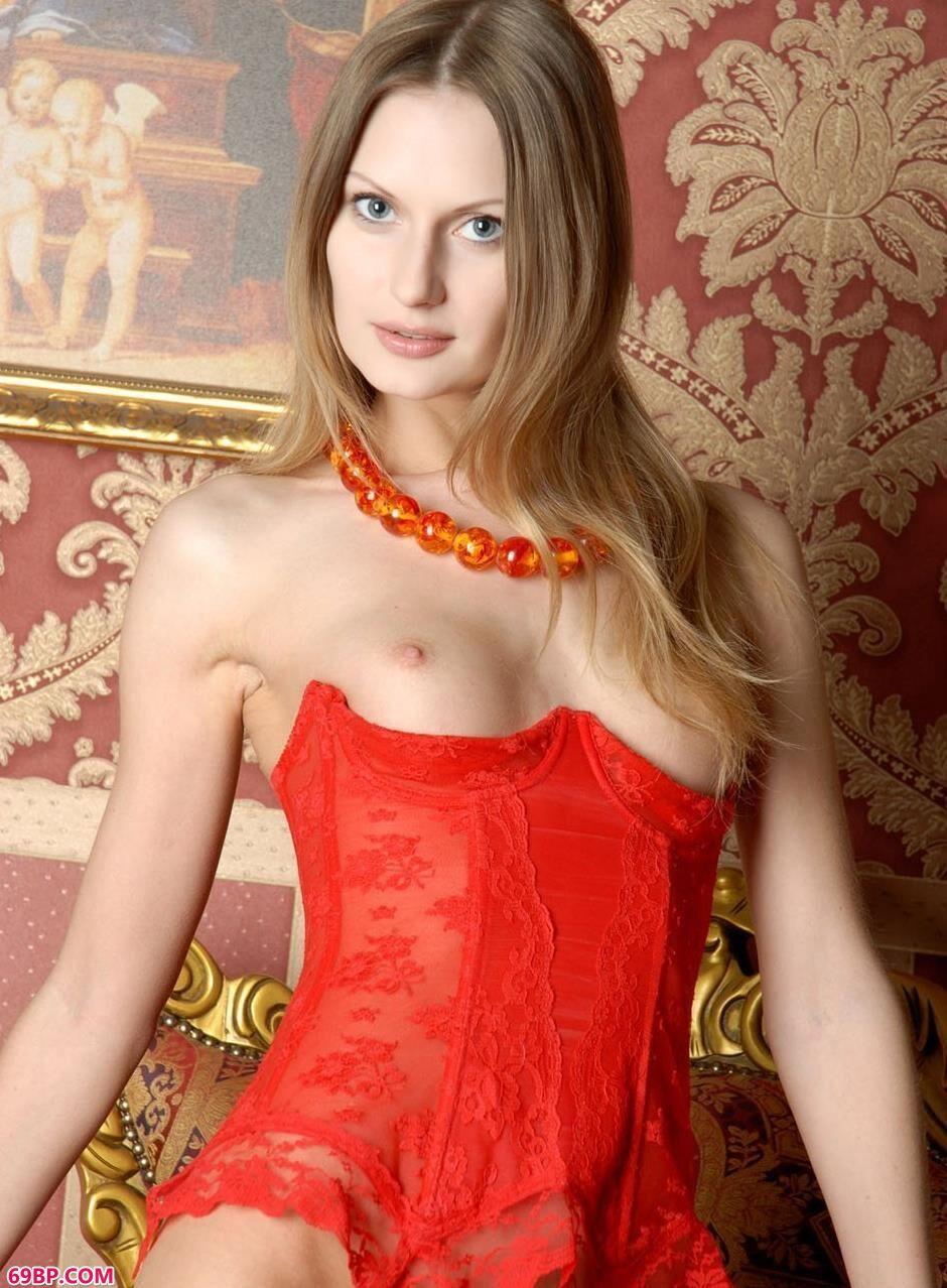 意大利妹子Dolores沙发椅上的红色薄丝人体